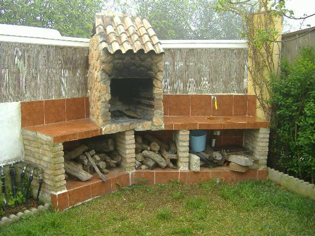 Barbacoa jardin property image c rioja adosado con jardn for Barbacoa piedra volcanica jardin